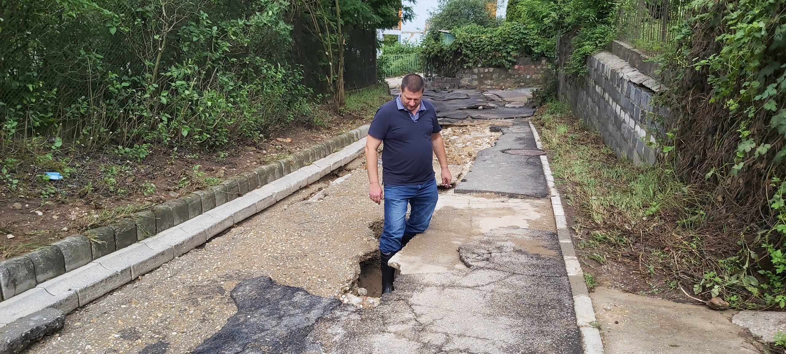 Komlós Tibor alpolgármester a Tücsök utcai bejáráson